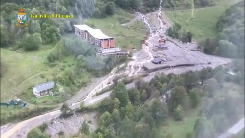 Maltempo in Piemonte, a Limone residenti evacuati con l'elicottero: le immagini del paese distrutto