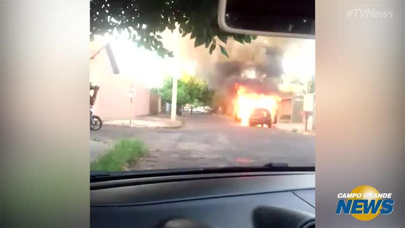 Carro estacionado pega fogo e assusta moradores do Caiçara