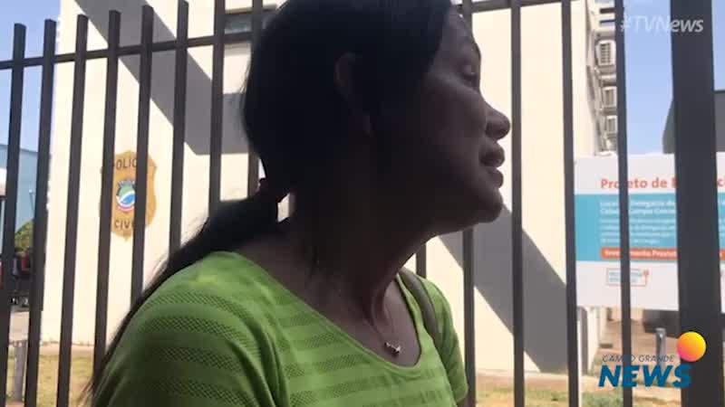 Mãe de policial morto em acidente faz desabafo em frente de delegacia