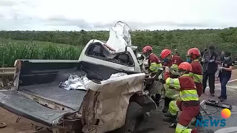 Duas pessoas morrem após colisão entre carreta e caminhonete