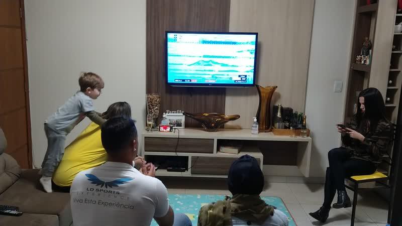 Família acompanhando a prova do nadador campo-grandense Leonardo de Deus