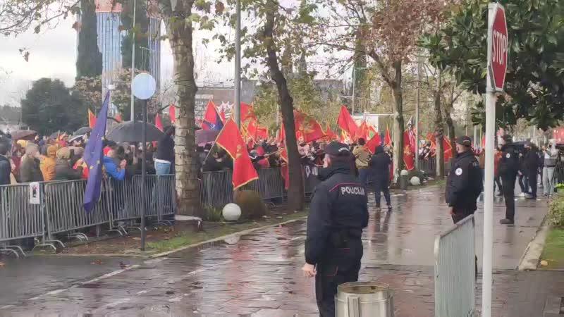Popović pozdravio demonstrante ispred Skupštine