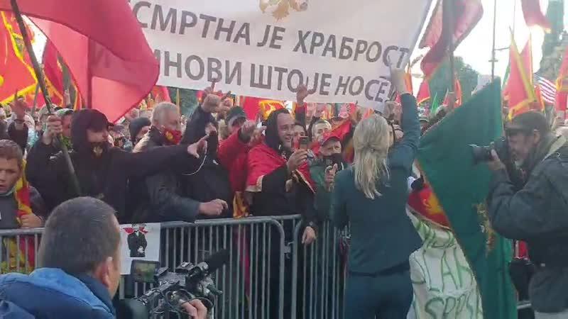 Vuksanović Stanković sa građanima ispred parlamenta