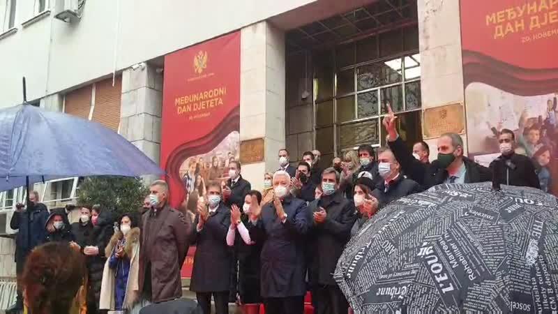 Opozicioni poslanici ispred Skupštine