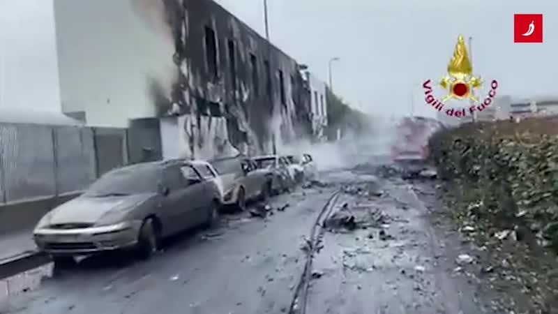 Avion pao na zgradu u Italiji
